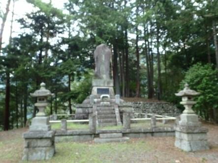P8034941小河内神社慰霊塔 (443x332).jpg